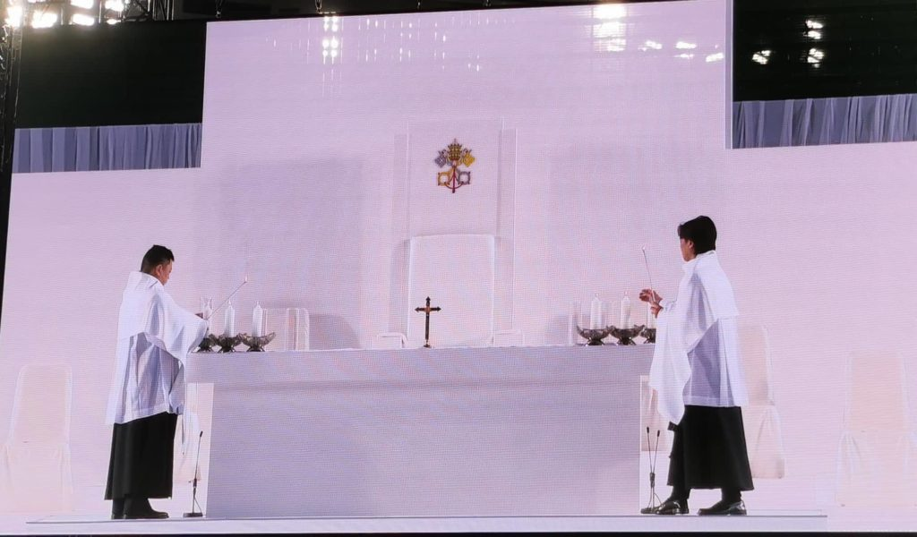 Candle-lighting-Pope-mass
